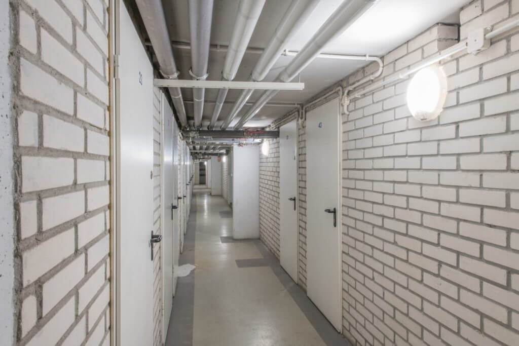Oświetlenie do piwnic – na co zwrócić uwagę przy wyborze opraw?